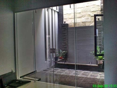 Penggunaan kaca tempered pada pintu frameless (tanpa rangka)