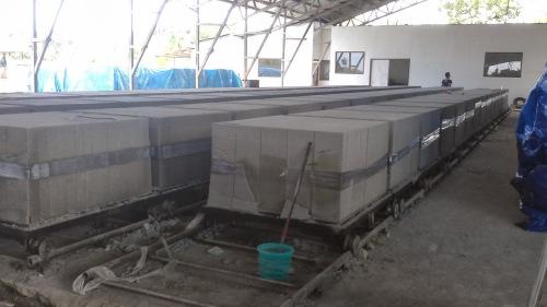 Proses pencetakan bata ringan CLC di sebuah pabrik berskala kecil