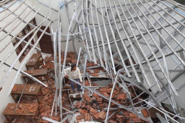 Contoh ambruknya atap baja ringan karena kurang memperhatikan kaidah teknis